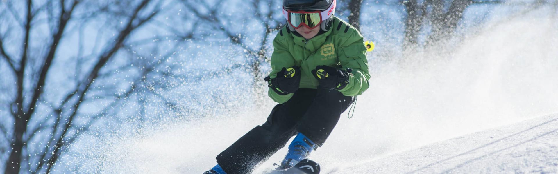 Person som står på slalomski i nedoverbakke