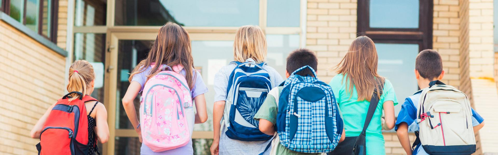 Barn på vei inn på skolen